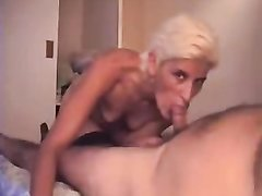 Итальянская зрелая блондинка с маленькими сиськами чеканит домашний минет