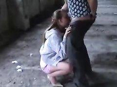 Жёсткий домашний минет с глубокой глоткой в исполнении молодой девушки