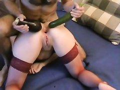 Домашняя анальная мастурбация зрелой немки в чулках с помощью большого огурца