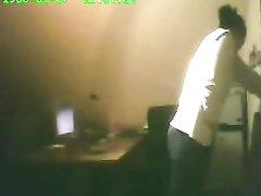 Скрытая камера в офисе снимает домашнюю мастурбацию возбуждённой дамы