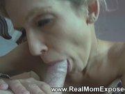 Зрелая блондинка мастурбирует анал с киской и нежно делает минет любовнику
