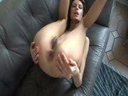 Домашний анальный секс с молодой русской брюнеткой на кожаном диванчике