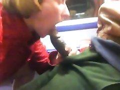 Рыжая женщина в общественном транспорте строчит любительский минет негру