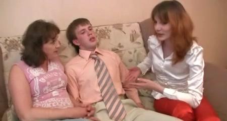 Секс втроём молодого любовника со зрелыми русскими лесбиянками в чулках