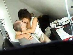 Скрытая камера удачно снимает домашний секс зрелой пары в уютной спальне