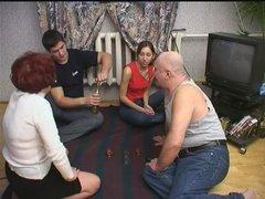 Зрелые и молодые свингеры вечером уединились для домашнего группового секса