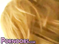 Зрелый толстяк на любовном свидании трахнул молодую блондинку в постели