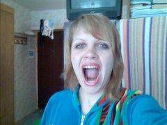 Рыжая русская красотка перед вебкамерой жадно строчит любительский минет