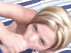 Грудастая блондинка от первого лица исполнила домашний минет во дворе