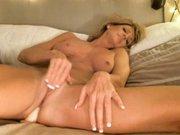 Зрелая блондинка в домашней соло сцене мастурбирует киску и анал фаллосом
