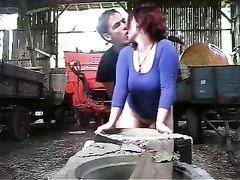 Рыжая развратница сделав любительский минет трахается с деревенским парнем