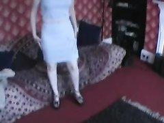 Молодая британская домохозяйка трахается в анал лёжа и сидя в позе наездницы