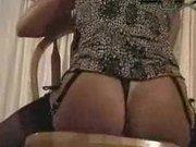 Зрелая красотка с круглой попой занялась любительской мастурбацией с фаллосом