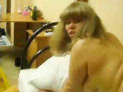 Молодая блондинка умело строчит домашний минет и трахается на карачках