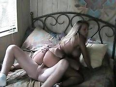 Грудастая зрелая блондинка наслаждается любительским сексом сидя верхом