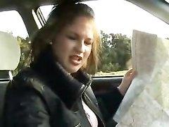 Пассажирка разглядывая карту в машине дрочит член водителя от первого лица