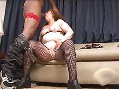 Рыжая зрелая толстуха в чулках сосёт чёрный член и трахается с молодым негром