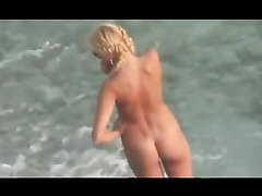 Любительское подглядывание за блондинкой сосущей член спутника на пляже