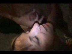 Групповой домашний секс с окончанием на лицо и в рот развратницы сосущей члены