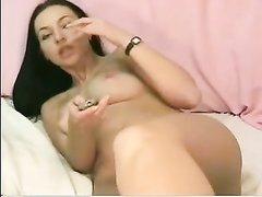 Молодая брюнетка наслаждается любительской мастурбацией по вебкамере
