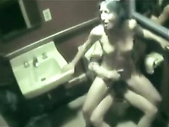 Скрытая камера снимает домашний секс молодой супружеской пары в ванной