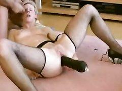 Любовник секс игрушкой жёстко мастурбирует анал немецкой блондинки в чулках