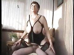 Зрелая и толстая дама с большими сиськами надев чулки оседлала член любовника