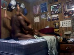 Негритянка перед вебкамерой в постели трахается с темнокожим любовником