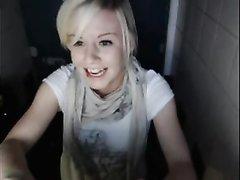 Любительская мастурбация по вебкамере от блондинки с маленькими сиськами