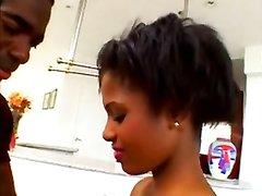 Куни с домашним минетом и анал с метким окончанием на лицо молодой негритянки