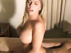 Домашний секс втроём зрелой блондинки с большими сиськами с коллегами