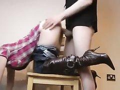 Молодая жена сделав любительский минет спустила джинсы и трахается на карачках