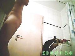 Подглядывание за зрелой домохозяйкой без трусиков раздвигающей ноги в ванной