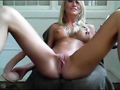 Блондинка для любительской мастурбации по вебкамере использует секс игрушки