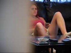 Подглядывание за домашней мастурбацией молодой девушки лежащей на диване
