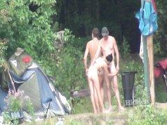 Подглядывание на нудистском пляже за компанией обнажённых туристов у палатки