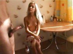 Худая блондинка сделав домашний минет трахается на обеденном столике