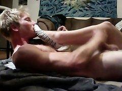 Поклонник фут фетиша перед вебкамерой нюхает и целует ноги молодой любовницы