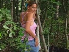 Молодая девушка в лесу делает домашний минет незнакомцу для окончания на лицо