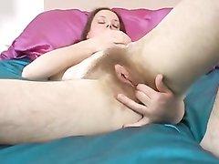 Зрелая домохозяйка раздевшись мастурбирует волосатую киску лёжа и на карачках