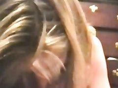 Зрелая блондинка перед любительской камерой трахается в постели с поклонником