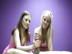 Опытная блондинка показывает подруге как правильно дрочат член любовника