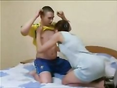 Домашний секс похотливого студента со зрелой русской дамой утром в постели