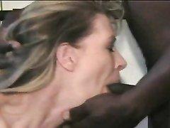 Белая развратница делая домашний минет жадно отсасывает чёрный член негра