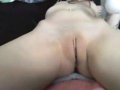 Брюнетка эмо перед вебкамерой занялась любительской мастурбацией с вибратором