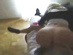 Молодая блондинка с круглой попой отдалась партнёру дома в позе наездницы