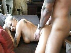 Утренний домашний секс с окончанием на лицо татуированной немецкой блондинки