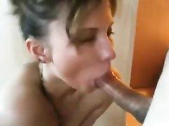 Проститутка крупным планом делает домашний минет для окончания на лицо