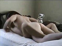 Скрытая камера снимает любительский секс с молодой красоткой лёжа в постели