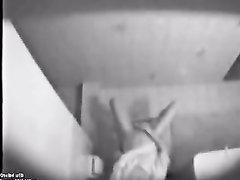Скрытая камера снимает домашнюю мастурбацию молодой девушки в туалете